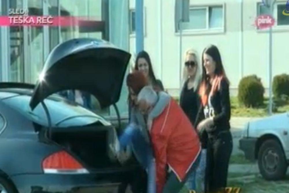 DEDA ERA U AKCIJI: Gepekovao devojku i vozio je u krug!
