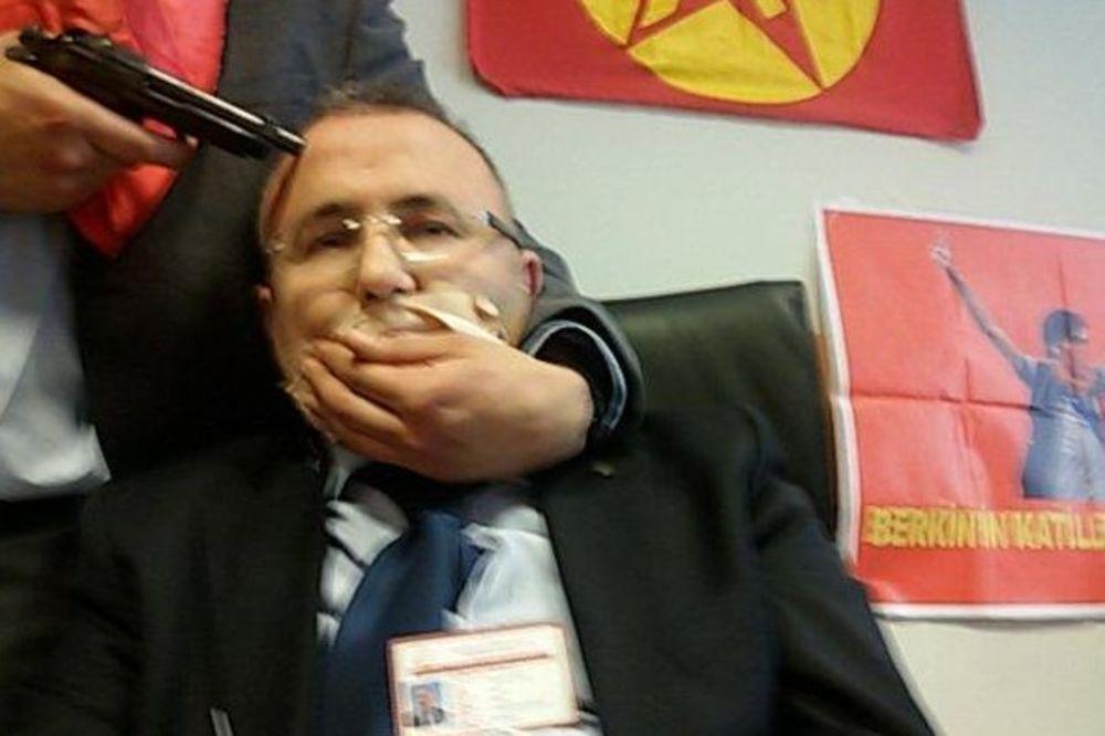 (UŽIVO) DRAMA U TURSKOJ: Teroristi zarobili tužioca u Istanbulu! Ostalo mu još 5 minuta života!