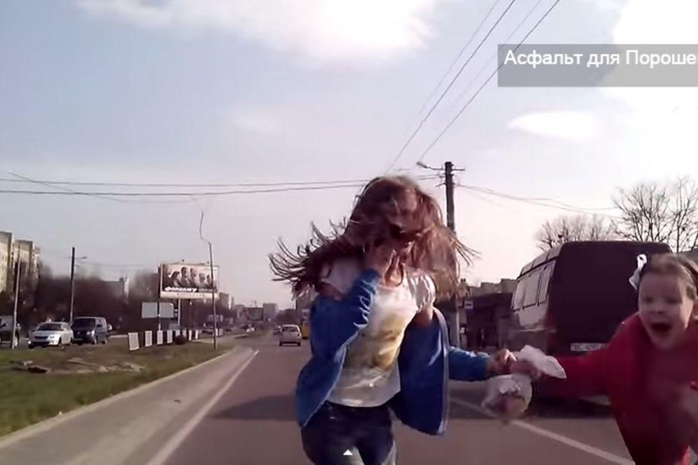 (VIDEO) AUTO UDARIO DVE DEVOJČICE: Uznemirujući snimak koji roditelji i deca treba da pogledaju!