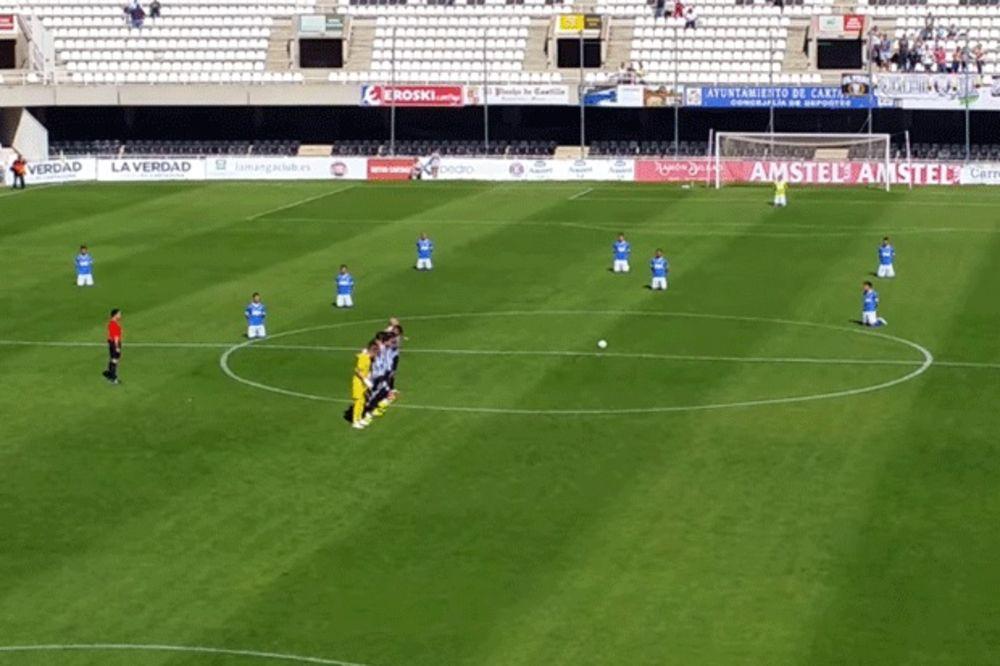 (VIDEO) I U ŠPANIJI KASNE PLATE: Fudbaleri protestovali klečanjem i grljenjem