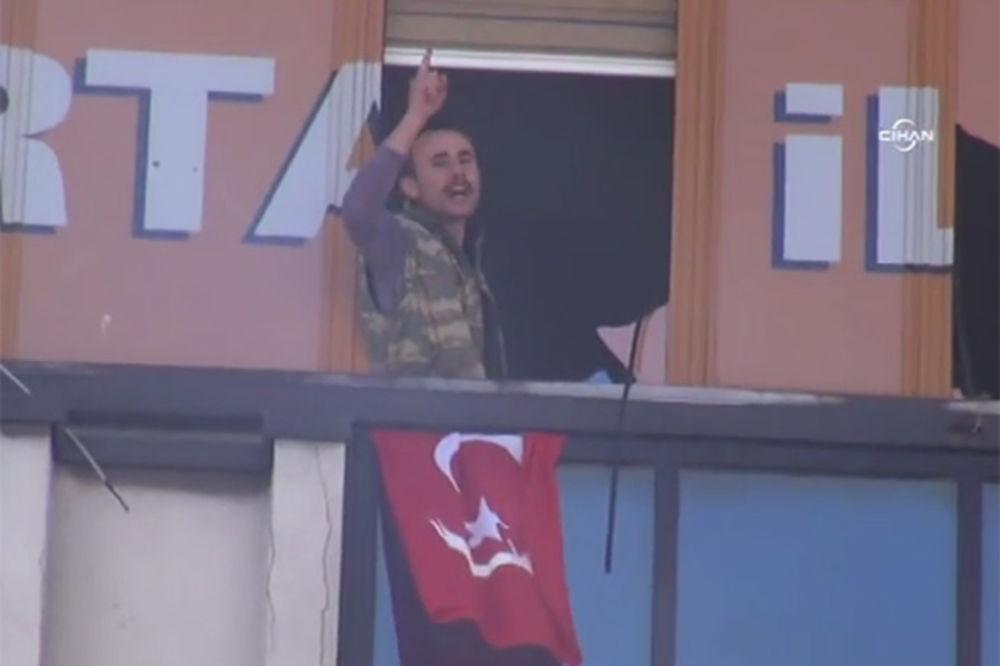 (VIDEO) BEZ KRVI: Napadači na sedište Erdoganove stranke uhapšeni u munjevitoj akciji specijalaca