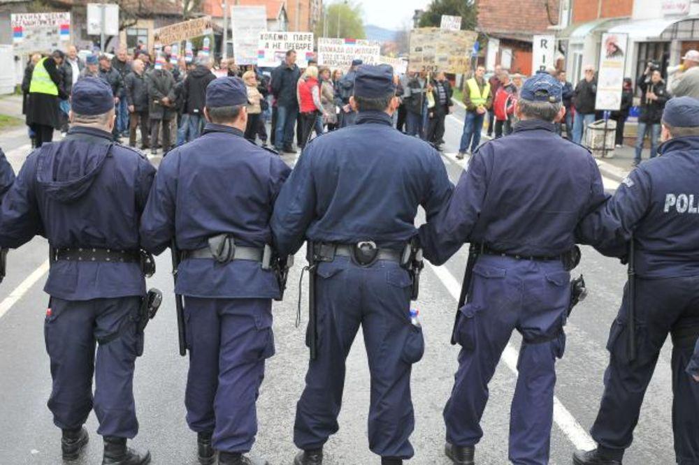 (FOTO) POLICIJA ZAUSTAVILA RADNIKE MAGNOHROMA: Sprečena blokada Ibarske magistrale