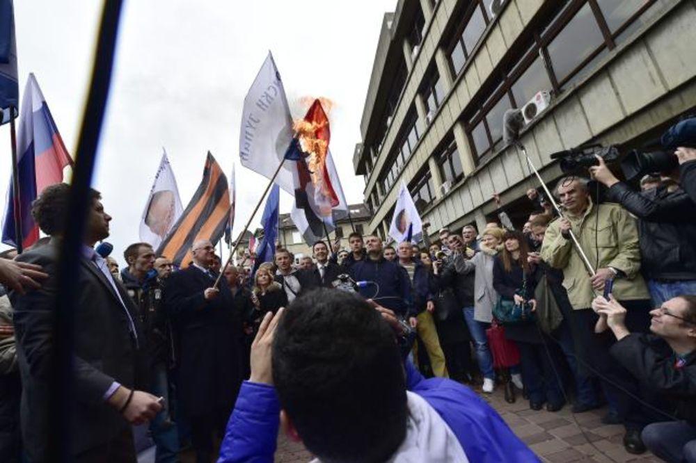 (VIDEO) OPET INCIDENTI: Šešelj zapalio hrvatsku zastavu ispred Palate pravde