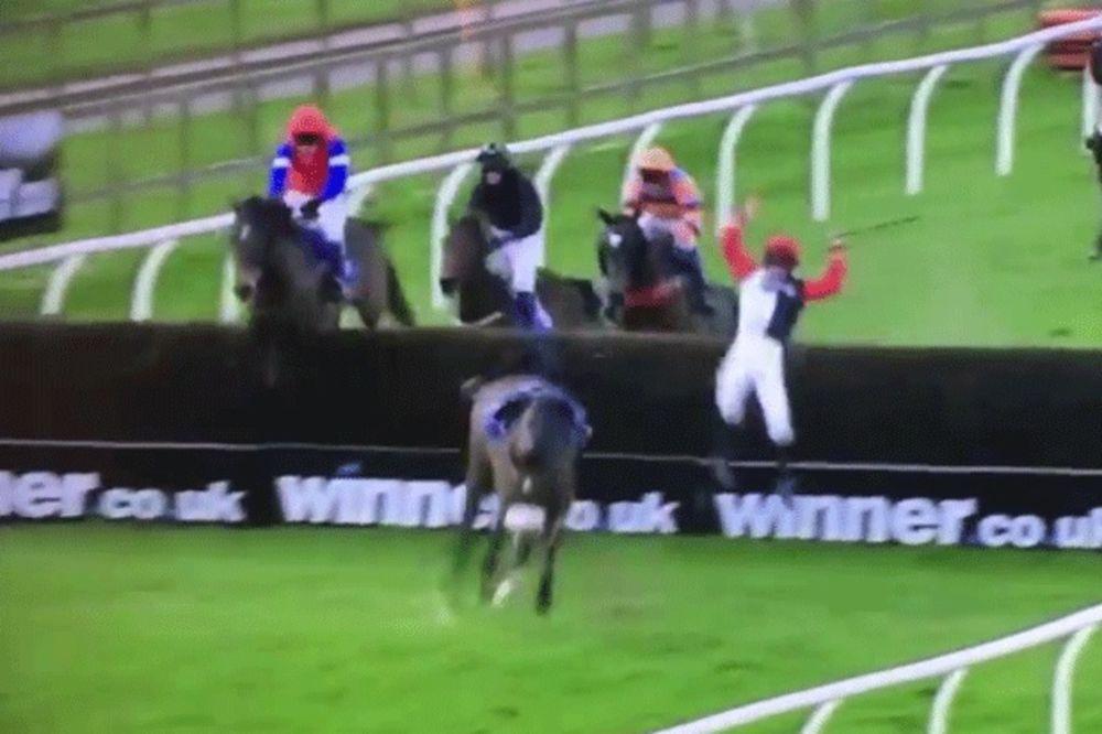 (VIDEO) JEZIV PAD DŽOKEJA: Zakucao se u prepreku, pa napravio dvostruki salto