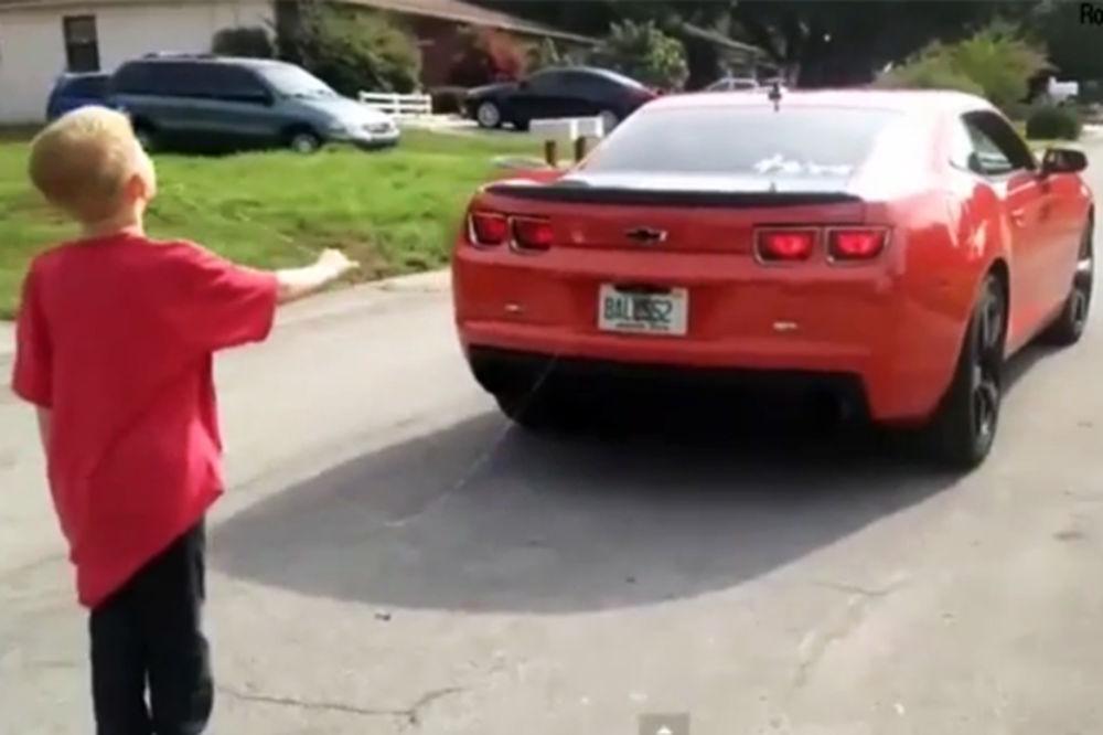 (VIDEO) BOLI DOK GLEDAŠ: Dečaku otac kolima izvadio zub!
