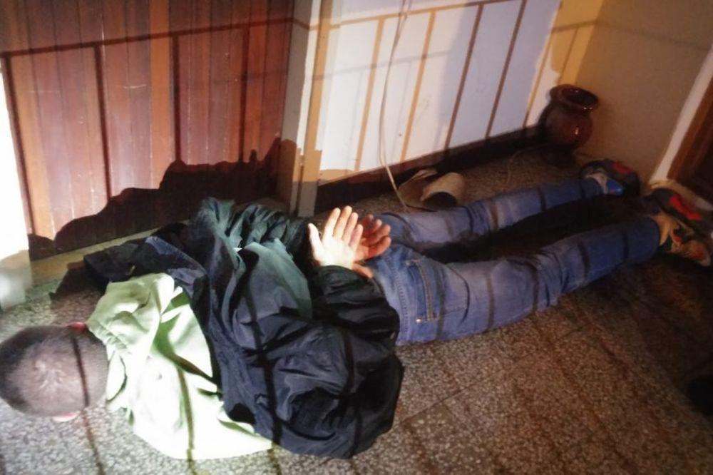 (VIDEO) ZAUSTAVILI IH ŽANDARMI: Evo kako je sprečeno ubistvo kućog pritvorenika
