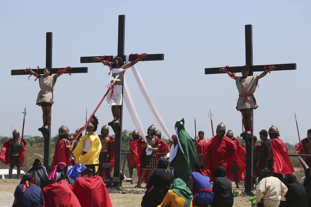 (UZNEMIRUJUĆI VIDEO I FOTO) KRVAVI VELIKI PETAK NA FILIPINIMA: Žele da ih boli kao Isusa