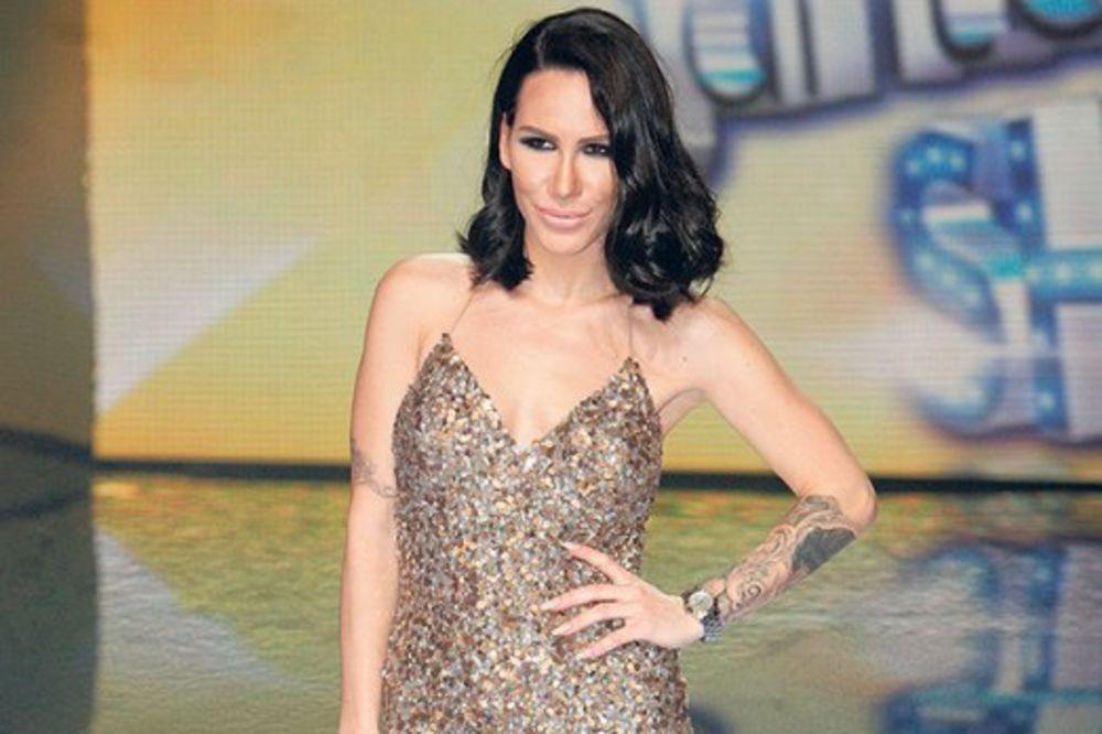 (FOTO) SKINULA SE I NIKOLIJA: Pored seksi pevačice fanovi primetili...