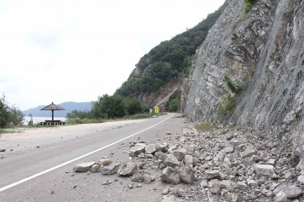 PRIBOJ: Brdo se obrušilo na automobil, troje povređeno