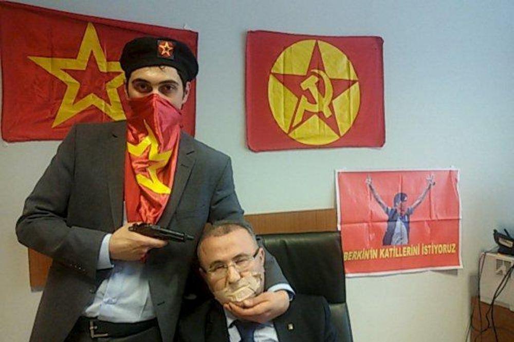 DRAKONSKA MERA: Turska blokirala Tviter, Fejsbuk i Jutjub zbog ove fotografije tužioca i otmičara