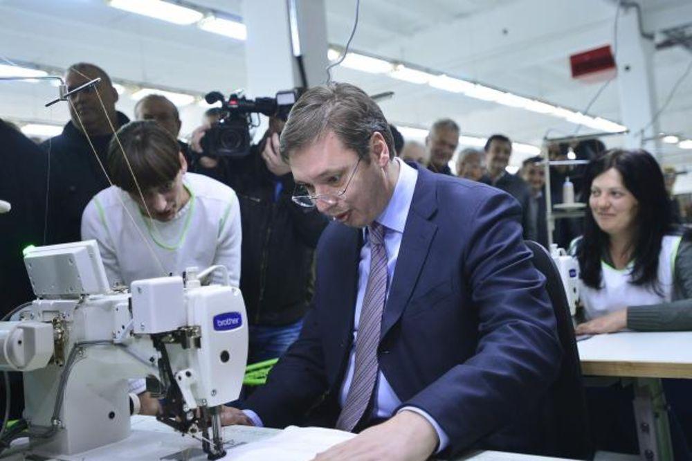(VIDEO) DOBAR MU ŠAV: Vučić u Krupnju seo za šivaću mašinu!