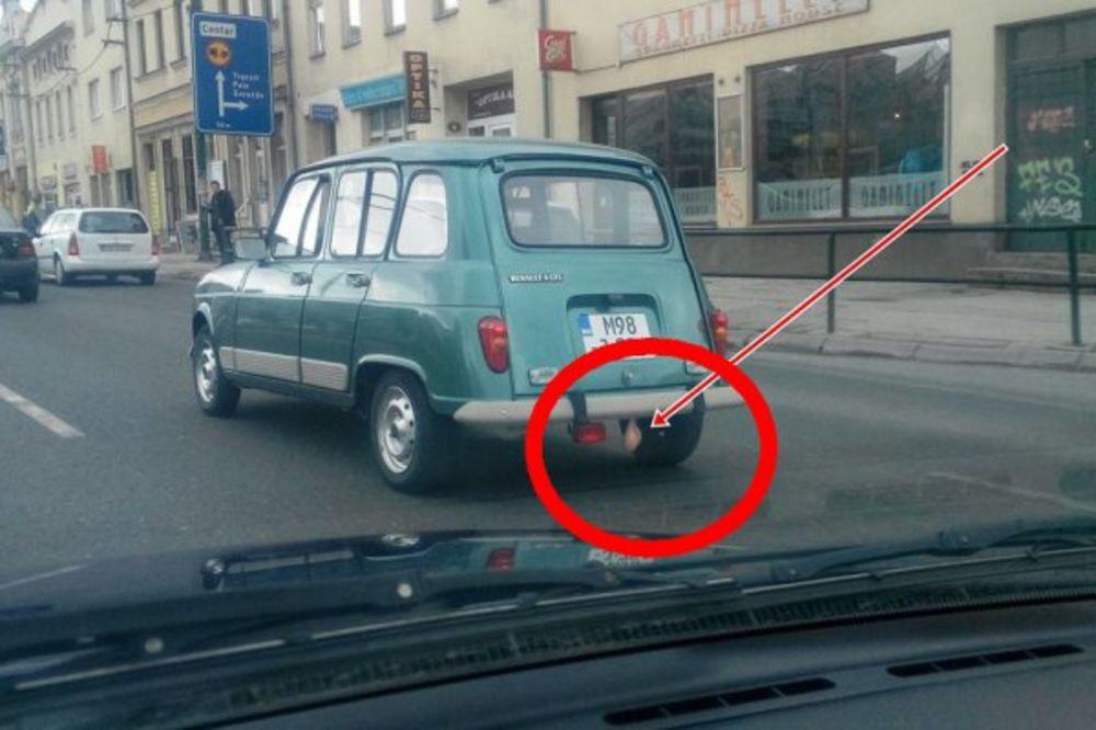 (FOTO) ŠTA TO VISI NA RENOU?! Ova fotografija iz Sarajeva prepravila je internet!