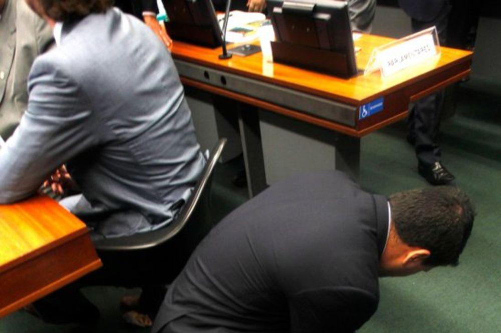 (VIDEO) PANIKA U BRAZILSKOM KONGRESU: Poslanici vrištali ko devojčice pred najezdom miševa!