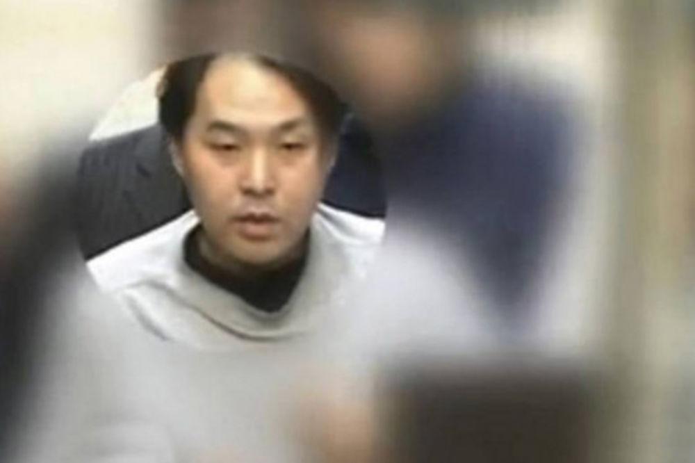 NE ZNAJU ŠTA IH JE SNAŠLO: Muškarac (40) ejakulirao na 100 žena u javnom prevozu!
