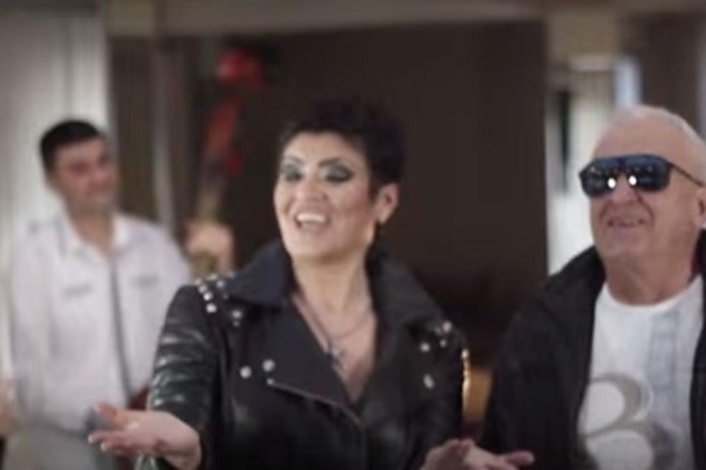 (VIDEO) MENADŽER: Era Ojdanić na estradu gura prodavačicu voća!