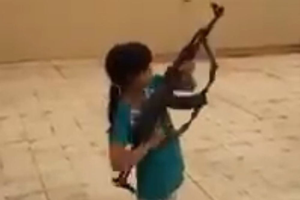(VIDEO) ŠOKANTAN VIDEO Devojčica opalila rafal iz Kalašnjikova, hici prohujali pored oca!