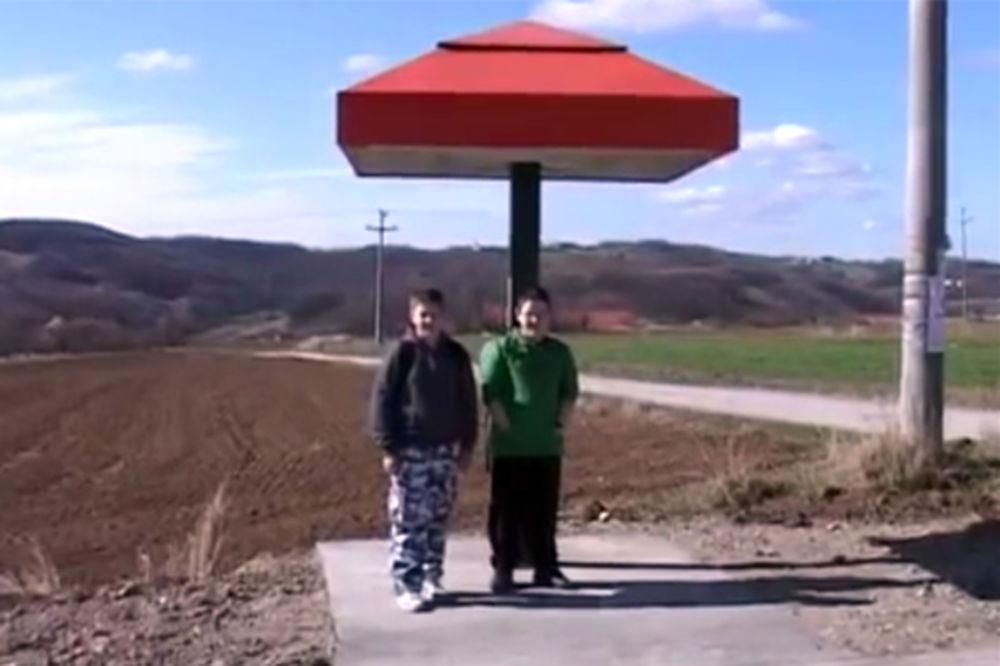 (VIDEO) SVAKA IM ČAST: U roku ispoštovali zahtev meštana Bigrenice i zaštitili ih od sunca i kiše!