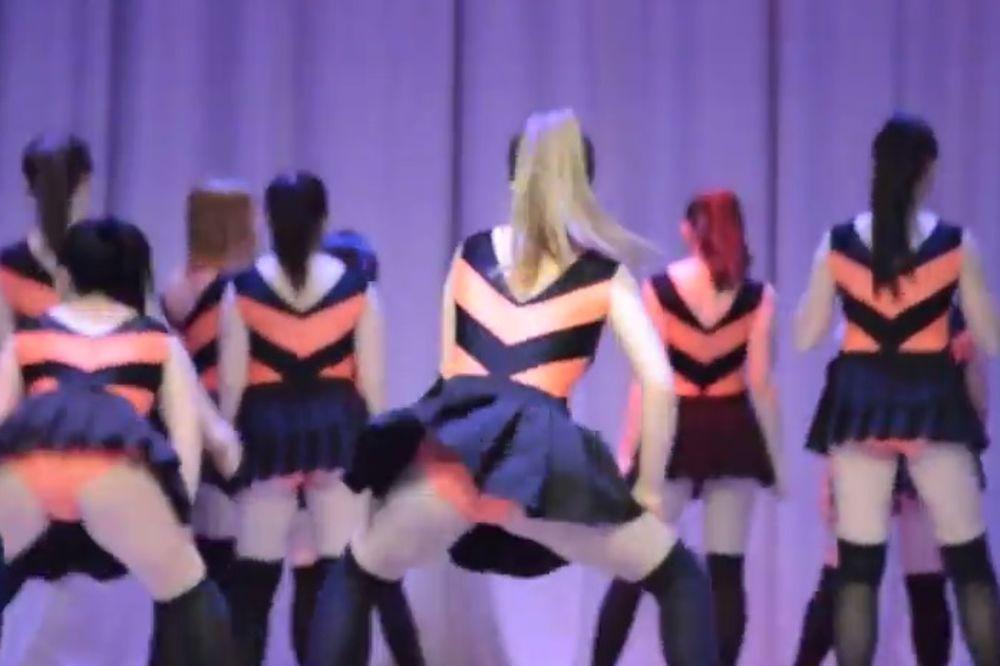 (VIDEO) BLUD I NEMORAL: Ruske tinejdžerke na školskoj priredbi igrale šokantnije od striptizeta