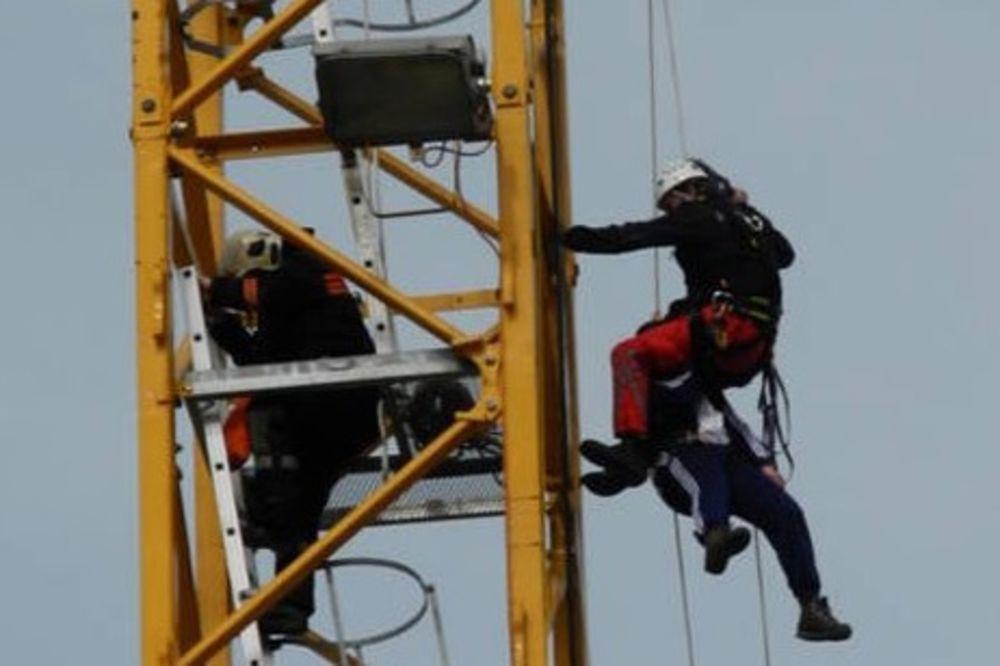 DOBIO NAPAD PANIKE: Vozaču krana pozlilo na 40 metara visine, konopcima ga izvlačili iz kabine!