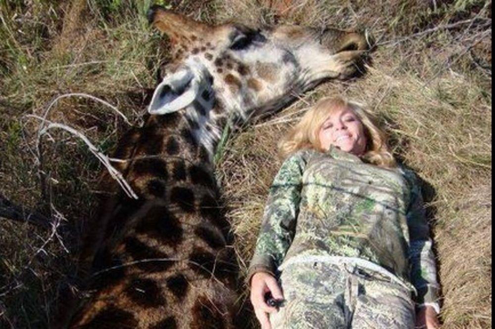 ZGROZILA SVET: Mislila je da je super ideja ubiti žirafu i slikati se pored nje sa osmehom