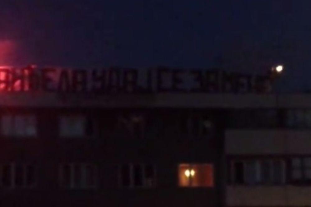 (VIDEO) OVAKO PROSI MOMAK IZ BORA: Nikola bakljama i transparentom pitao Anđelu da se uda za njega!