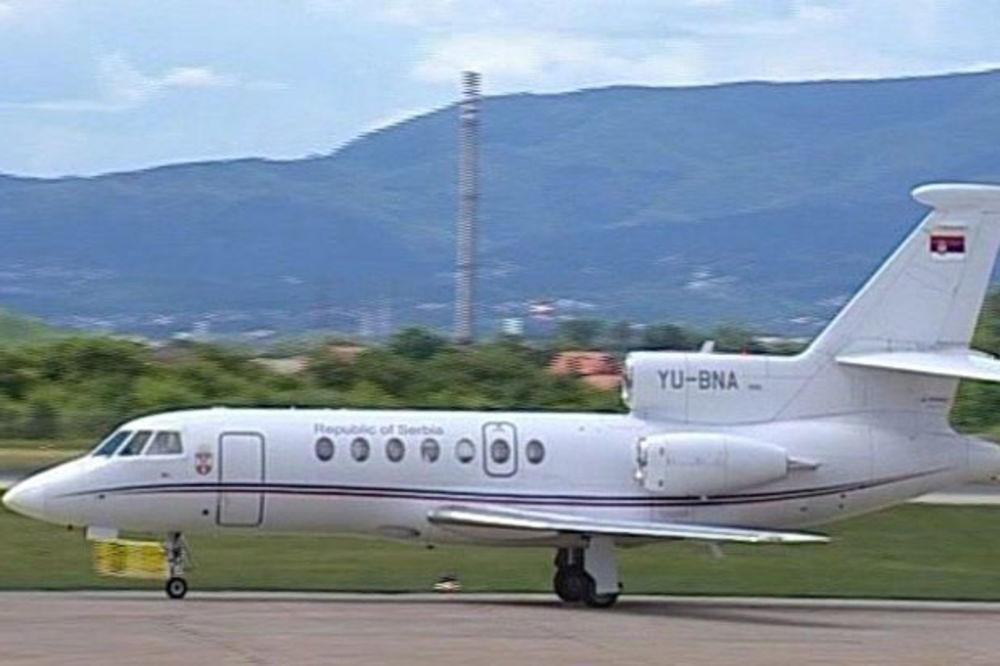 DRAMA U VAZDUHU: Avion kojim je Nikolić leteo za Vatikan morao da se vrati zbog kvara na motoru