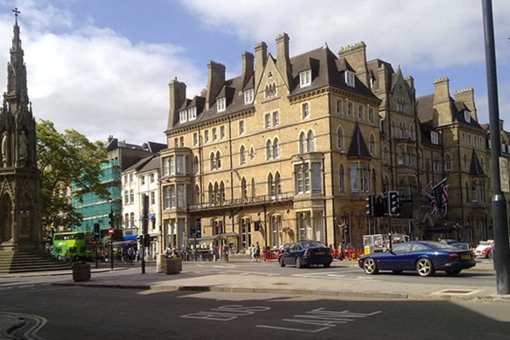 (VIDEO) VATRA U RENDOLFU: Gori zgrada najpoznatijeg hotela u Oksfordu