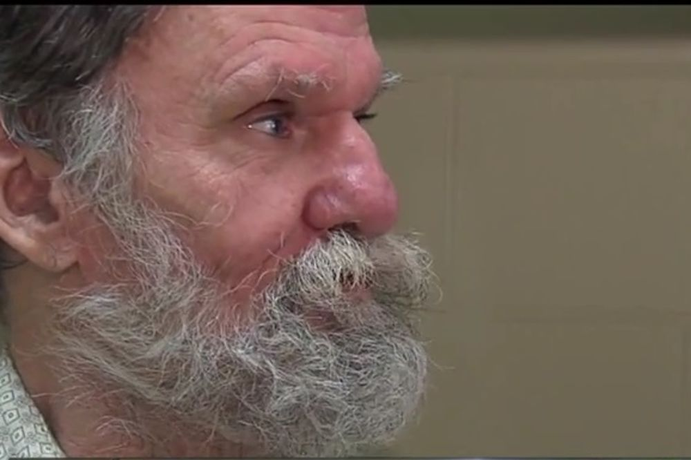 (VIDEO) 3 godine je živeo u kartonskoj kutiji, a onda se setio računa u banci...