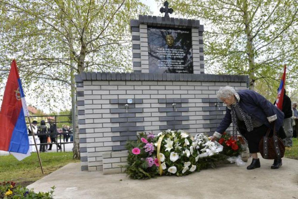 (FOTO) DECI ŽRTVAMA BOMBARDOVANJA: Osveštana spomen česma u Batajnici