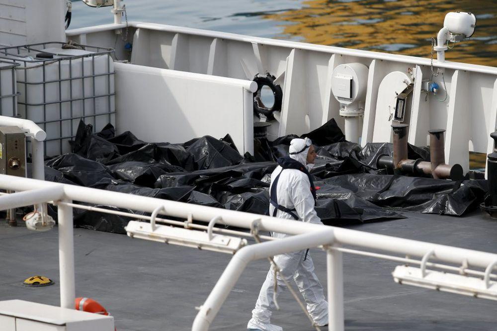 (VIDEO) NIJE IM BILO SPASA: 900 libijskih izbeglica krijumčari držali zaključane u utrobi broda
