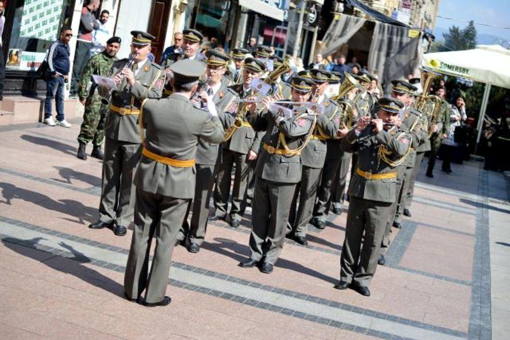 (FOTO) UOČI DANA VOJSKE SRBIJE: Vojni orkestar prodefileovao ulicma Niša