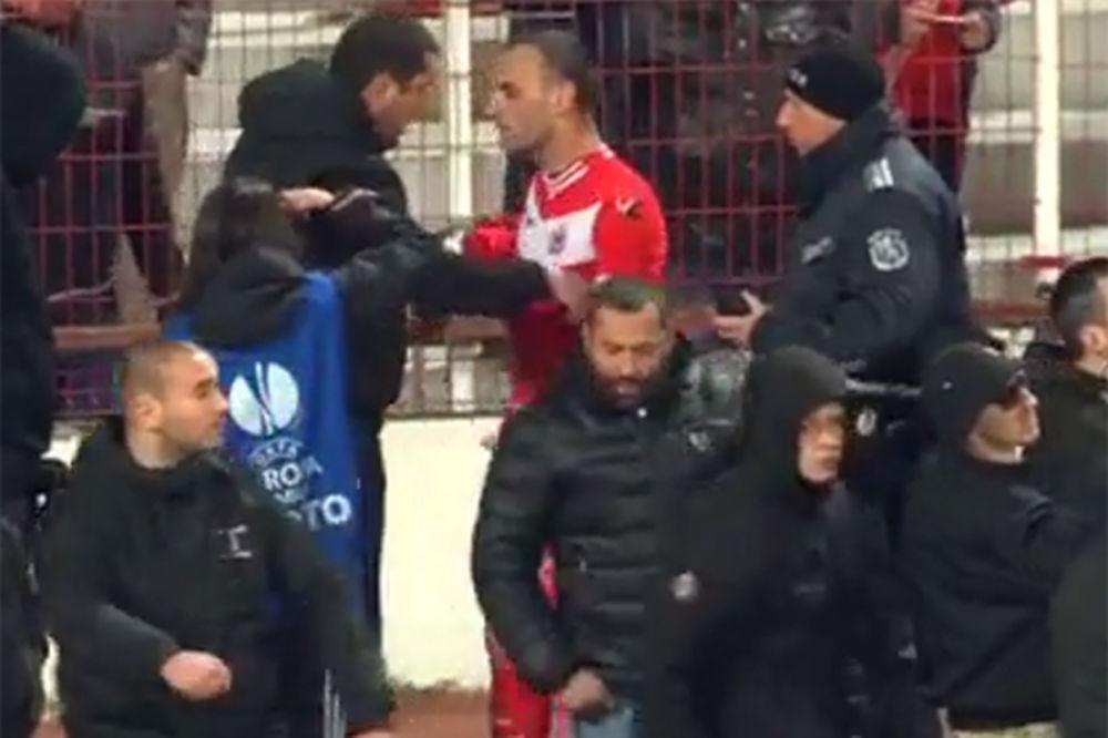 (VIDEO) IZDALO IH STRPLJENJE: Navijači CSKA pokušali nasilno da skinu dresove igračima