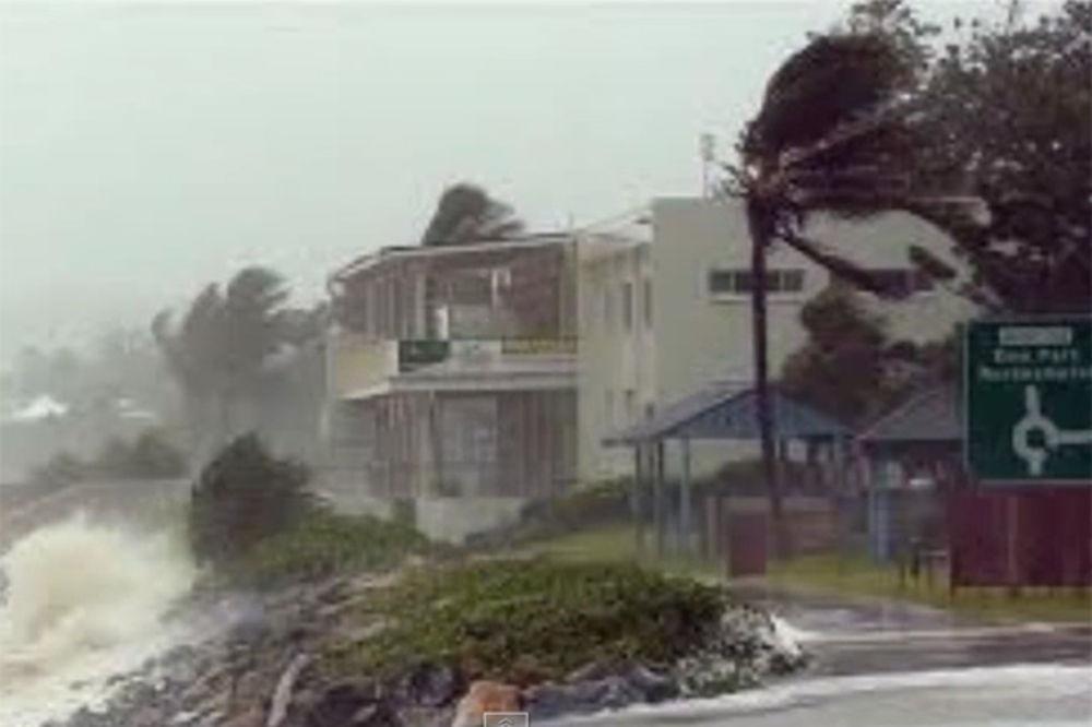 (VIDEO) VETAR ČUPAO KUĆE I DRVEĆE: Troje Australijanaca poginulo u najgoroj oluji decenije