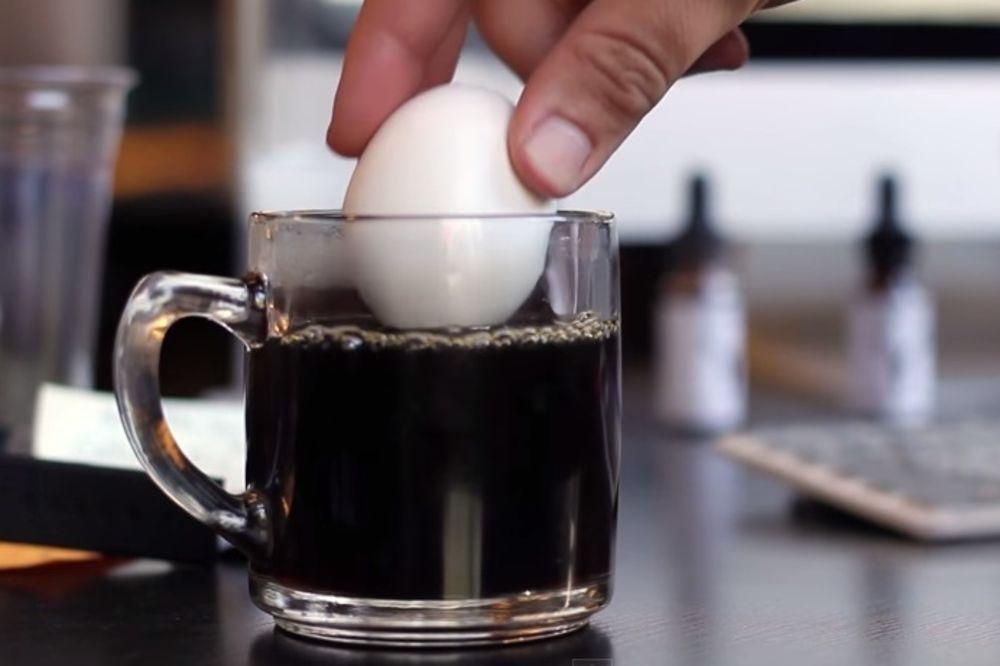 (VIDEO) Stavio je jaje u šolju ključale kafe. Nećete moći da verujete šta se onda dogodilo