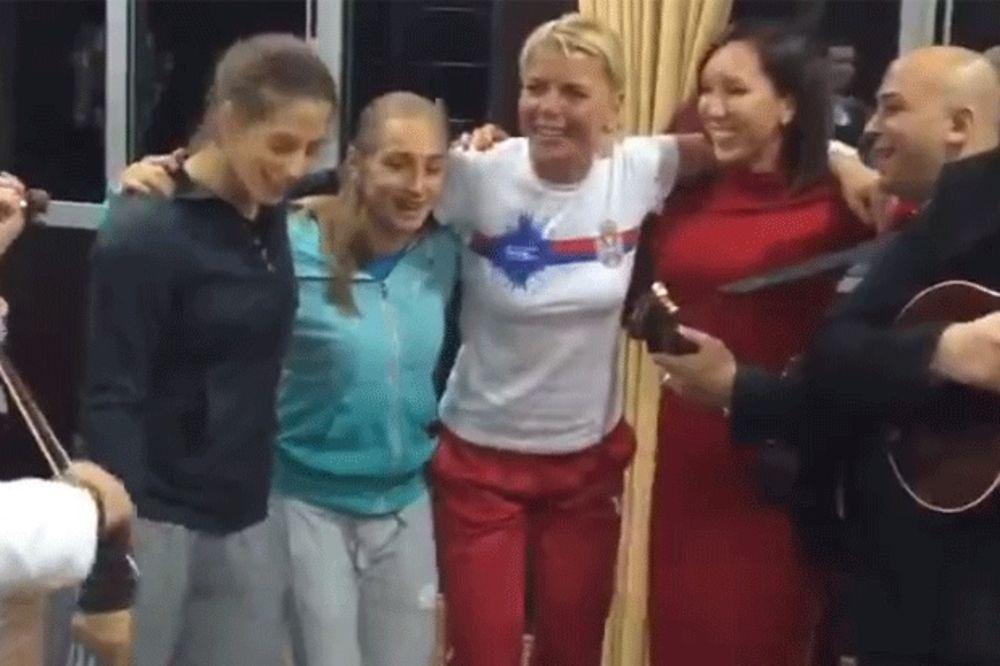 (VIDEO) OVA NOĆ IMA ČUDNU MOĆ: Pogledajte kako su srpske teniserke uz tamburicu proslavile pobedu