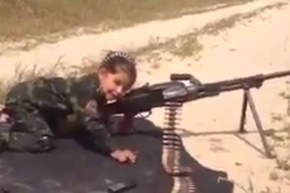 UMESTO LUTKE: Ovoj devojčici mitraljez je najbolji drug!