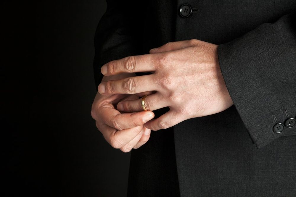 PANIKA U HITNOJ: Lekari zvali vatrogasce da mladiću skinu prsten s ruke!