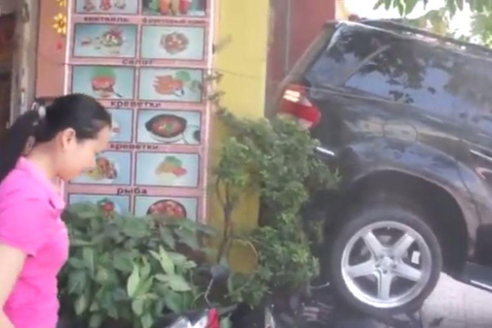 (VIDEO) ŽENA ZA VOLANOM: Kako izlomiti sve iza sebe jer ne znaš gde je rikverc!