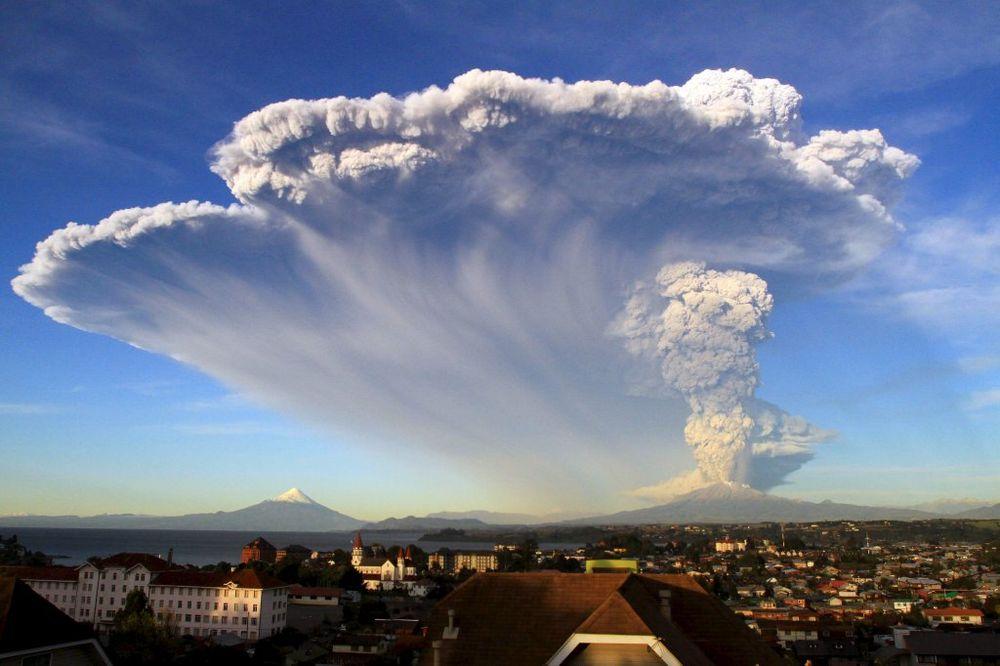 (VIDEO) CRVENA UZBUNA ZBOG VULKANA: Proradio posle 43 godine i dva puta eruptirao