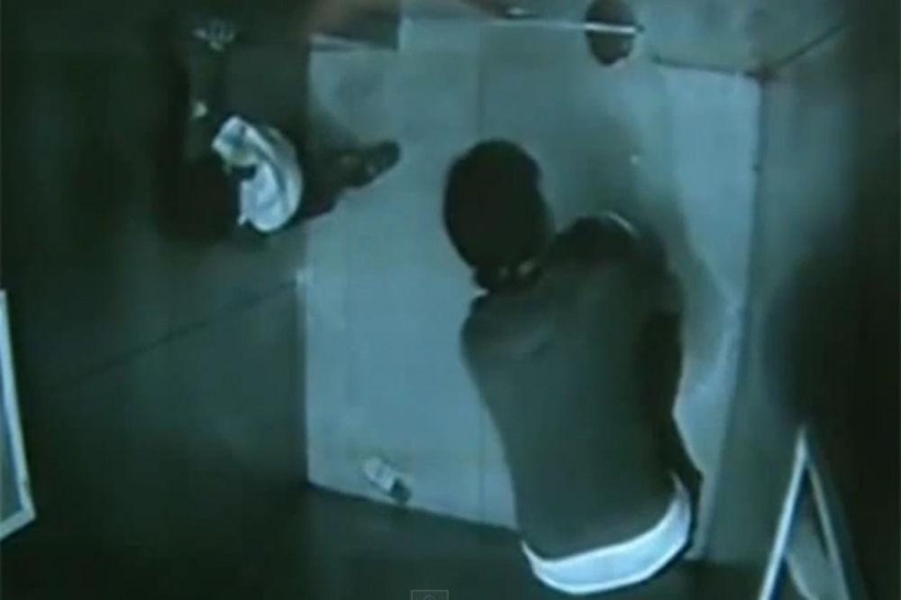(VIDEO) BACIO MAJKU U SMRT: Nagla se nad okno lifta da nađe ključeve, a sinčić (2) je gurnuo