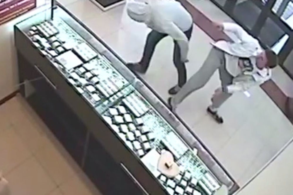 (VIDEO) HEROJ: Ruski borac sprečio pljačku zlatare, a onda lopovu spasao život