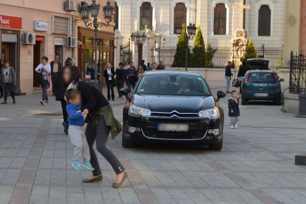 A ZAVETOVALI SE NA SKROMNOST: Pogledajte kako su majke sklanjale decu pred limuzinom SPC!