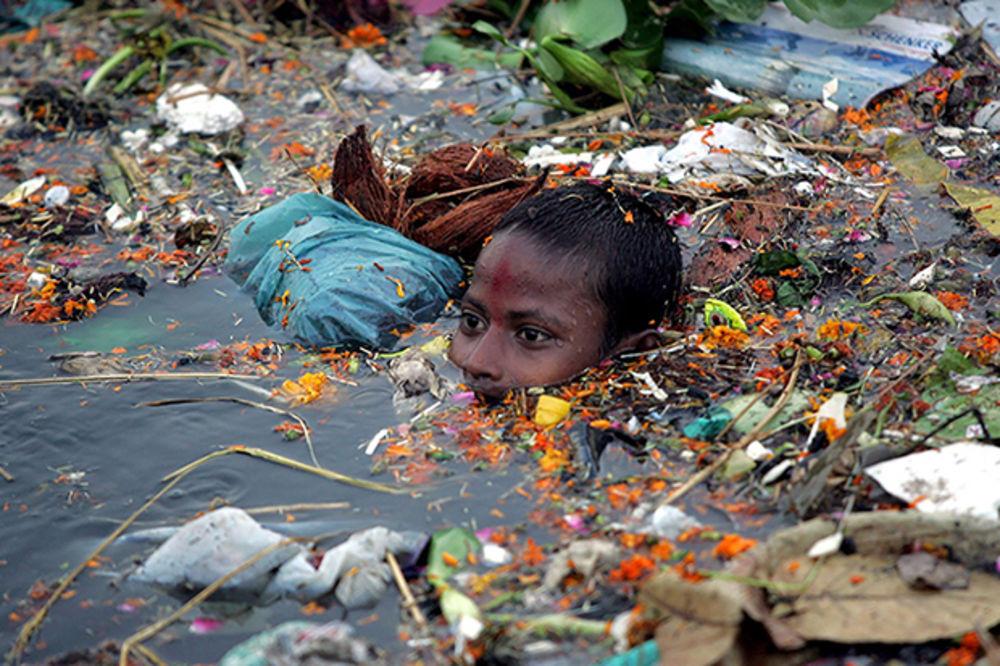 (FOTO) PLANETA JE SMRTNO OTROVANA: Kataklizma u 22 neverovatne slike, sledi nam kupanje u đubretu!