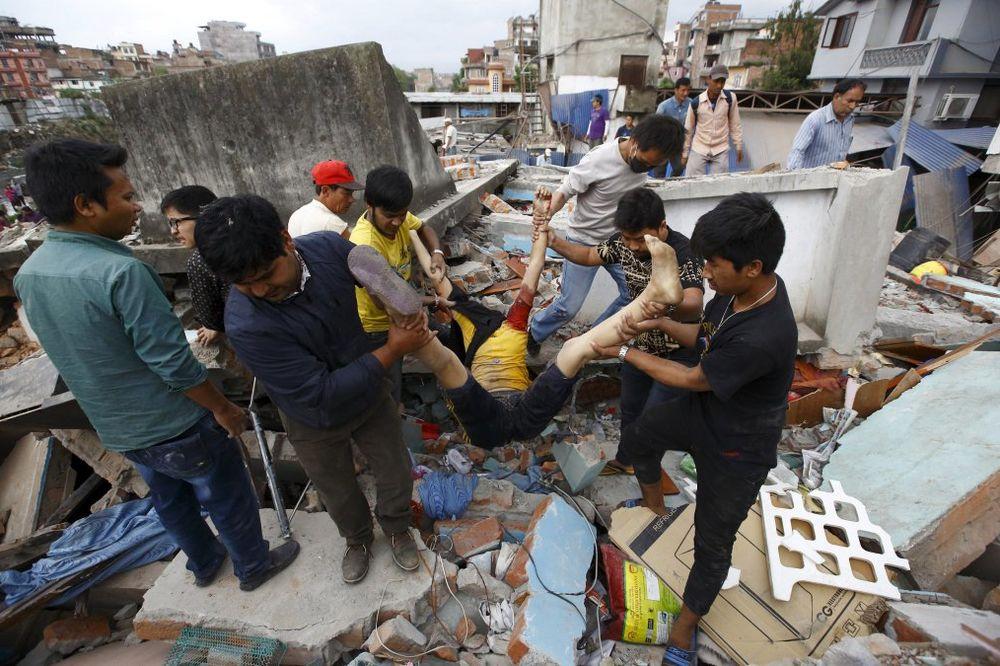 VIDEO 7,9 PO RIHTERU U NEPALU: Katmandu u ruševinama, poginulo 876 ljudi