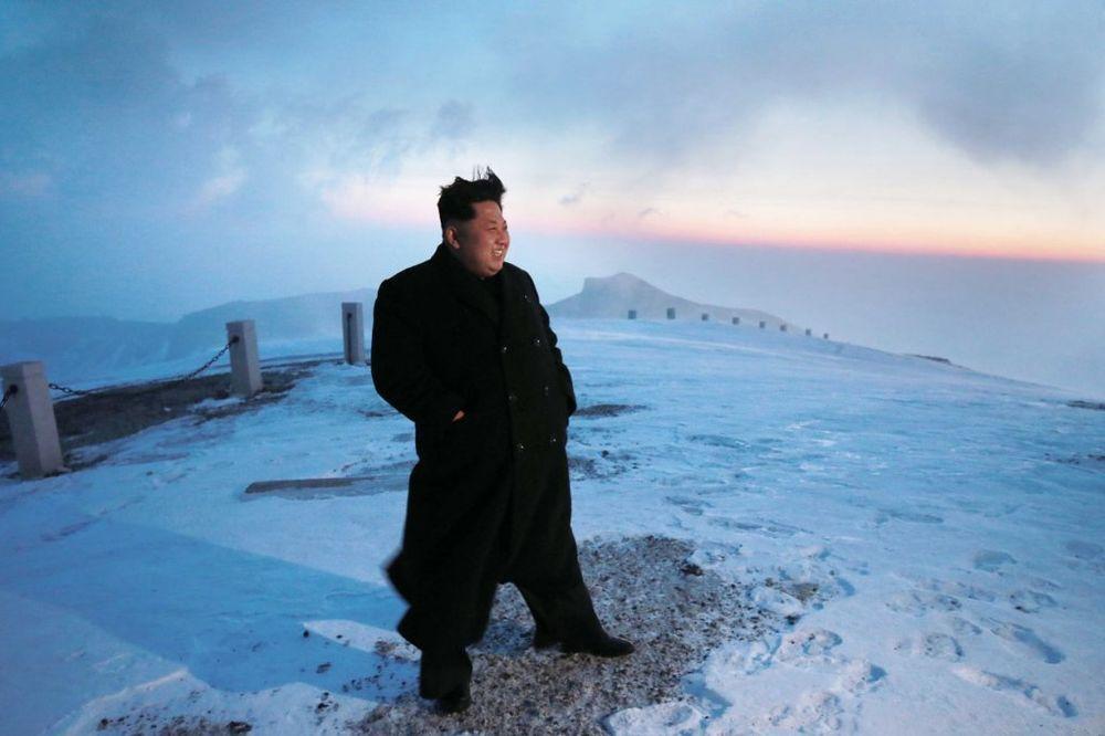 TO MOŽE SAMO VELIKI VOĐA: Kim Džong Un peške se popeo na planinu! (VIDEO)