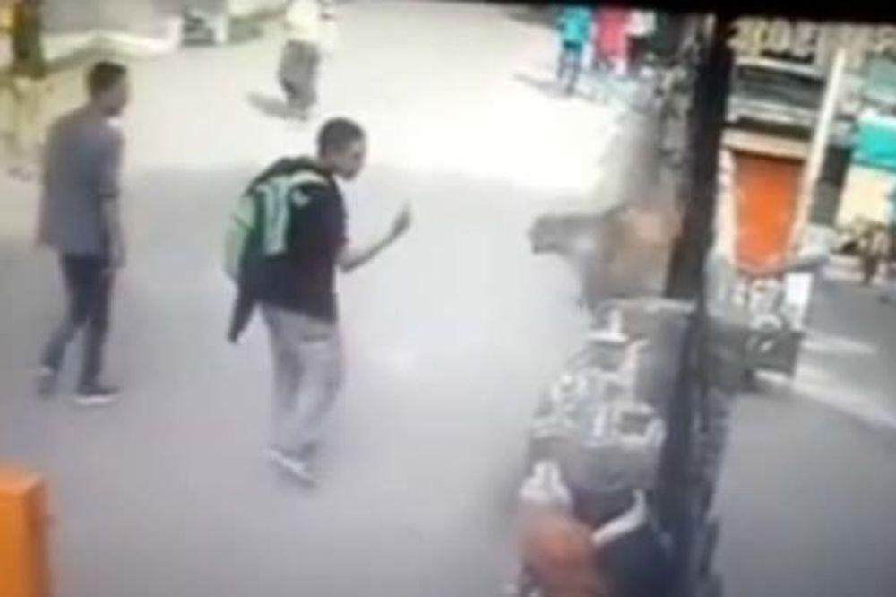 NI MAJMUN NE PRAŠTA UVREDU: Mladić mu je pokazao srednji prst. Evo šta se desilo ...