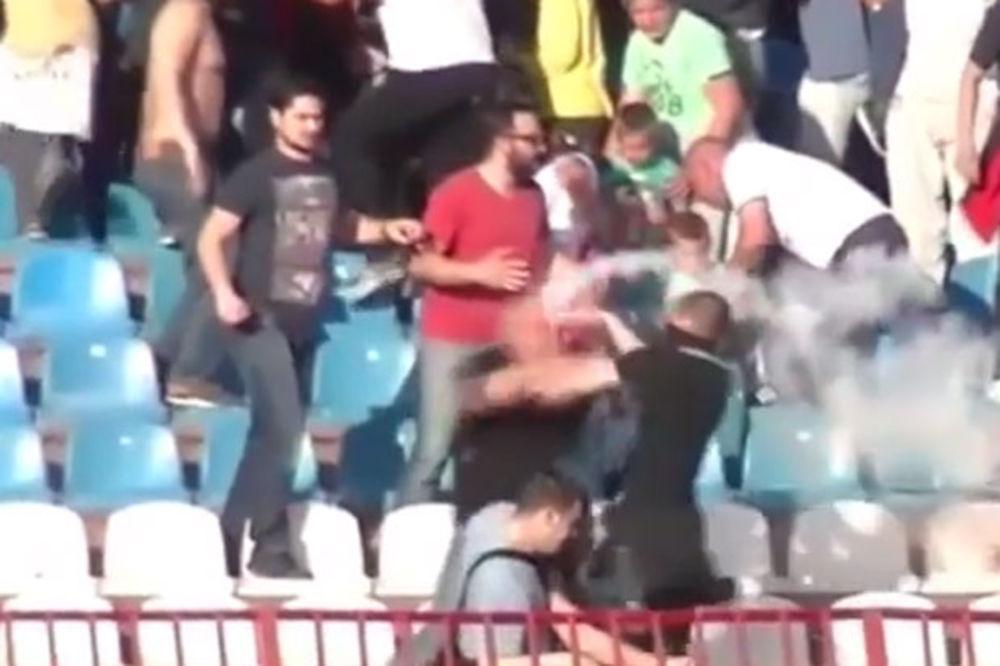 (VIDEO) Krenuo je bakljom na protivničkog navijača, a onda se desilo nešto što je najmanje očekivao