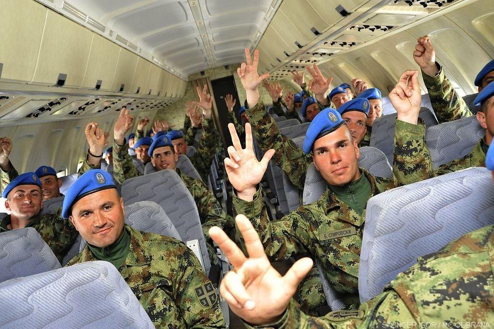 SELFI SA TRI PRSTA: Gardisti Vojske Srbije otišli da paradiraju pred Putinom!