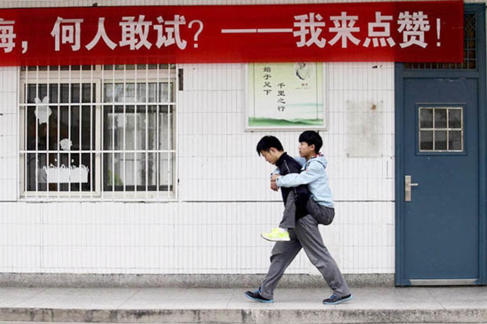 (FOTO) POGLEDAJTE ŠTA ZNAČI PRIJATELJSTVO: On druga već 3 godine svaki dan nosi u školu na leđima!