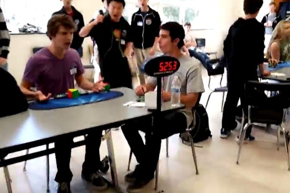 (VIDEO) PAO SVETSKI REKORD: Pogledajte tinejdžer složio Rubikovu kocku za 5,25 sekundi!